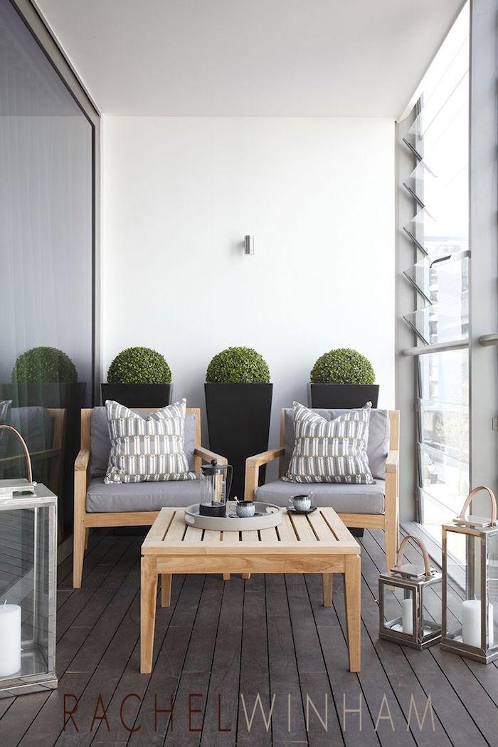 salon de balcon en bois, lanterne à bougie pour terrasse, jardiniere design pour balcons