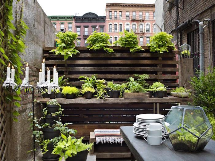 phot aménagement de balcon avec banc en bois rustique, jardin appartement vintage avec plantes