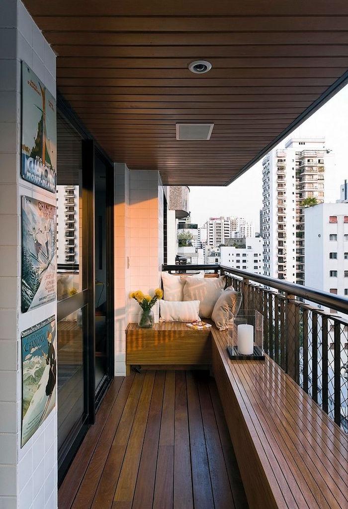 idée déco balcon en longueur avec banc en bois intégré, terrasse appartement avec parquet