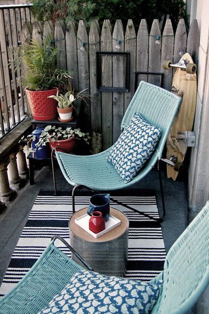 déco pour balcon avec chaises turquoise, meubler petite terrasse appartement