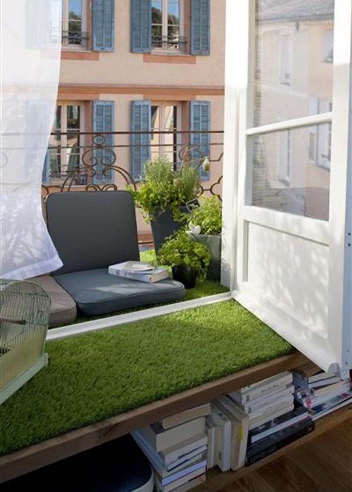 idée pour aménager un mini balcon d appartement à paris, faux gazon pour rebord de fenetre, coussin de fauteuil sur terrasse