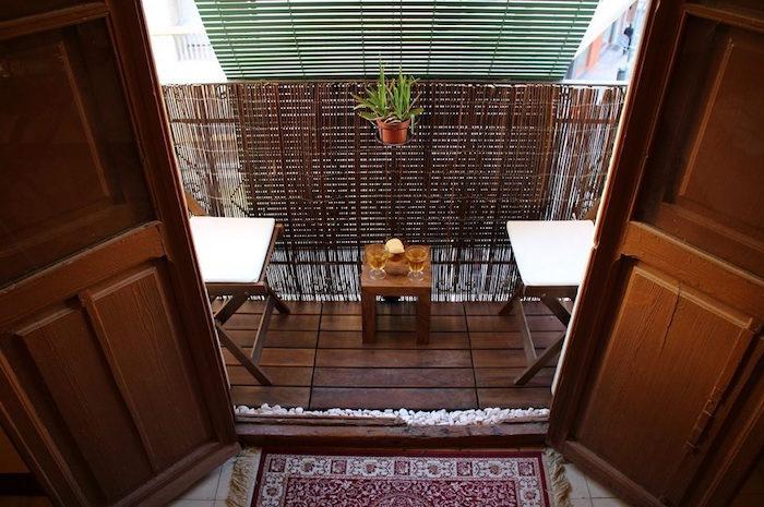 une idee deco petit balcon sur plancher en bois avec mini table et chaise