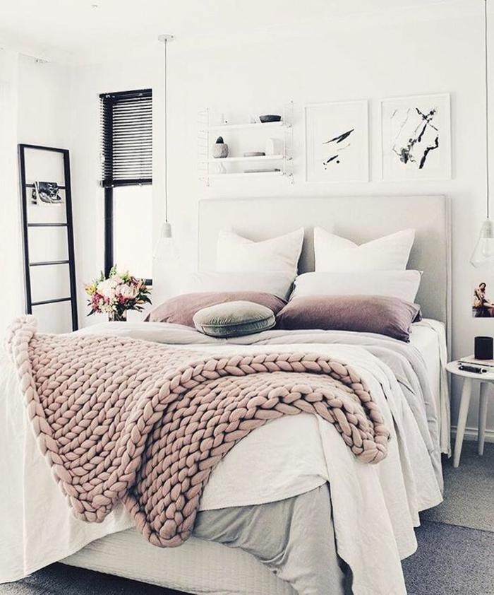 joli amenagement chambre, grand plaid à grosse maille, coussins roses, gris et blancs, peintures graphiques