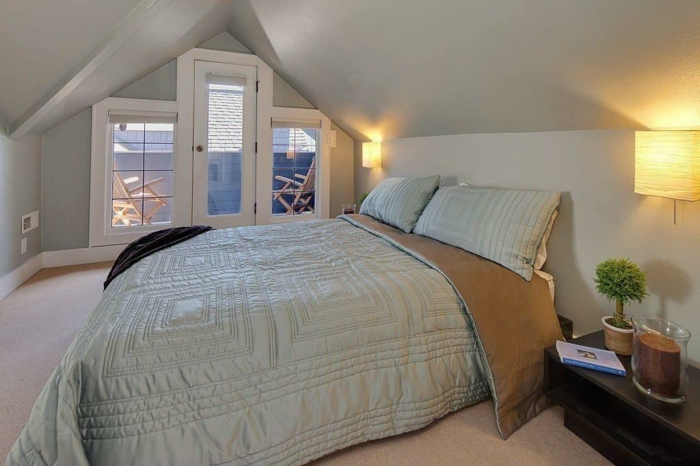 chambre à coucher gris clair, amenagement des combles, tapis moquet rose pâle