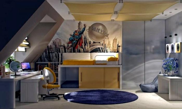 tapis bleu rond, armoire grise, placards jaunes, bureau blanc, fenêtre en pente
