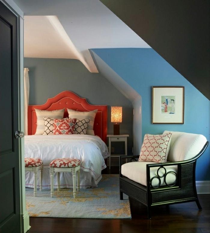 comment amenager des combles, fauteuil classique, tête de lit et coussins baroques, murs bleus