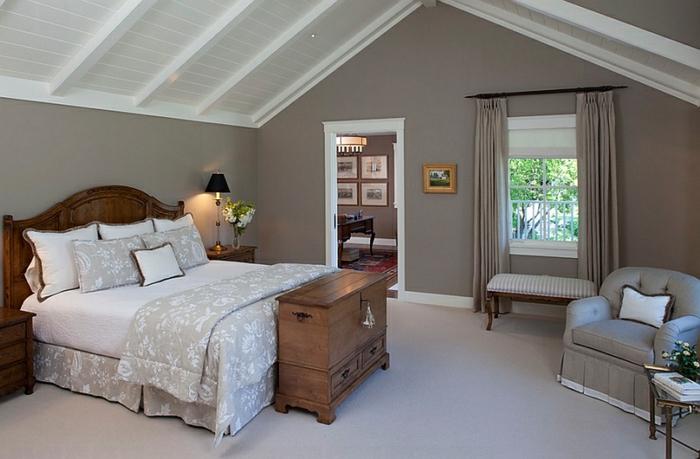 amenagement grenier, plafond blanc, sol gris pâle, lit style traditionnel, fauuteuils gris