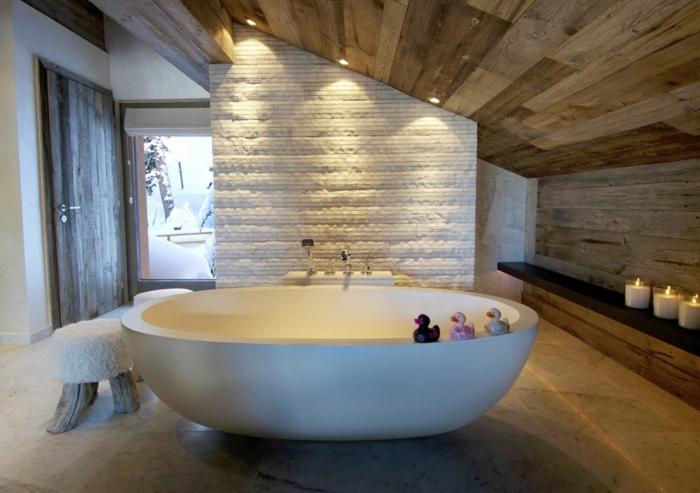 plafond planches de bois, amenagement salle de bain, grande baignoire, murs en pierre et en bois, amenagement salle de bain