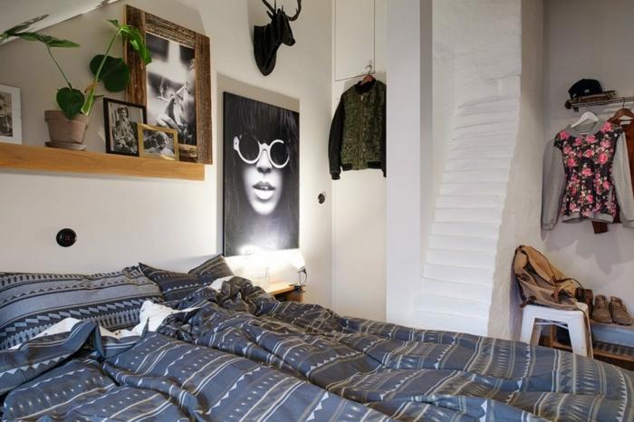 amenagement sous pente, portrait artistique, étagère en bois, pot de fleurs et photographies encadrées