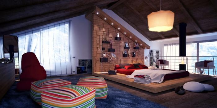 poufs à rayures, tapis bleu, lit plateforme original, panneau mural imitation mur de briques