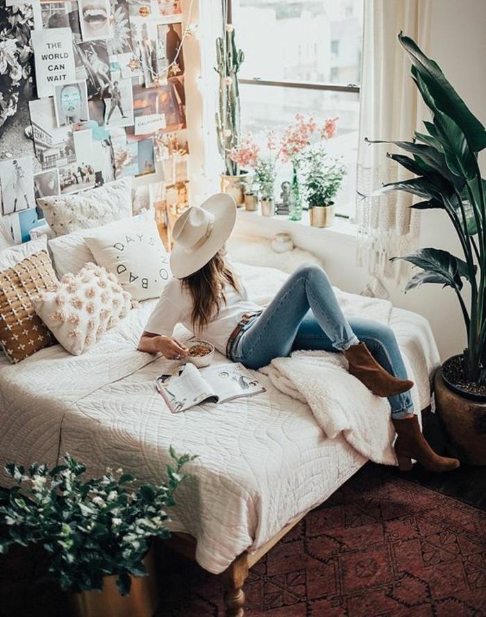 grand lit et tapis vintage en couleur bordeaux, un mur entier avec des photographies, aménagement chambre 10m2