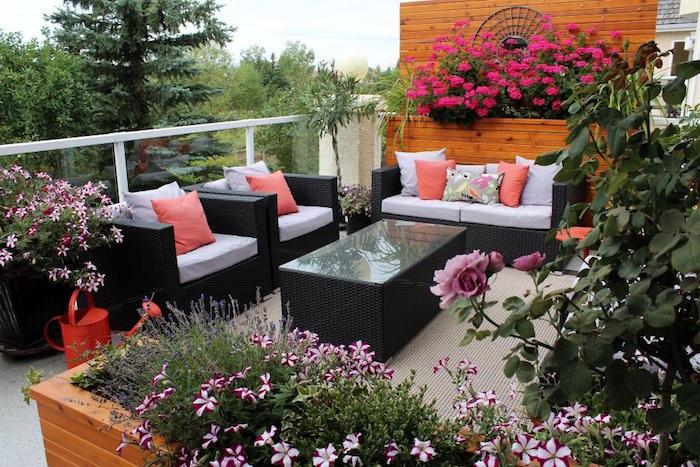 trouver idee balcon deco fleurie, salon de terrasse avec canapé, jardiniere exterieure pour terrasse