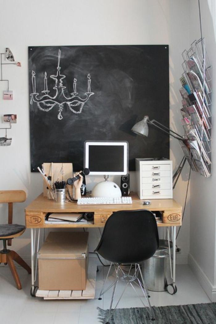 chambre d'étudiant, decoration interieur appartement, bureau en palettes, chaise en plastique noire avec des pieds en métal gris, tapis rectangulaire gris