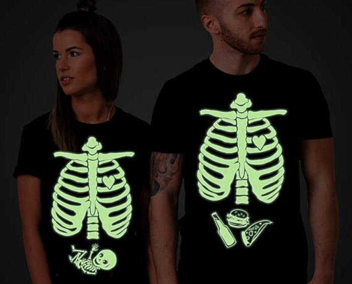 comment annoncer qu'on devient des parents, deux t-shirts pour les parents extrêmement créatifs, annonce naissance pour l'halloween