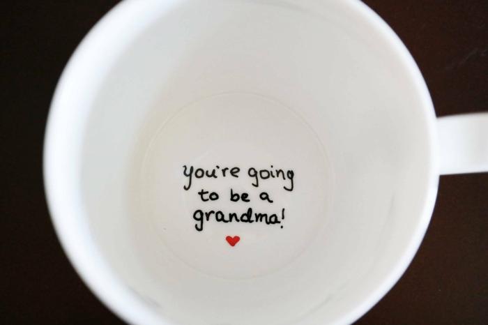 tu seras une grand-mère écrit sur le fond de la tasse à cafén manières créatives d'annoncer la bonne nouvelle