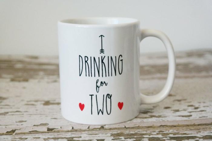 tasse blanche avec un script noir, je bois pour deux, comment surprendre son amoureux avec la bonne nouvelle