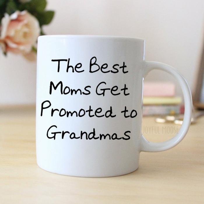 un texte original sur une tasse, annoncer sa grossesse à sa mère avec un cadeau tasse