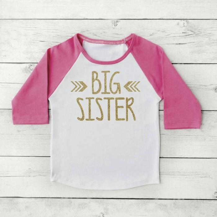 annoncer sa grossesse, t-shirt en rose et blanc avec texte grande soeurs en couleur dorée