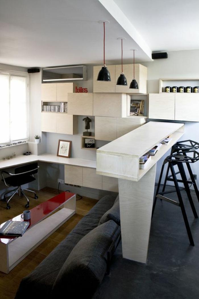 intérieur de chambre 9m2, trois luminaires noirs suspendus en style industriel, trois-en-un, salon, bureau et salle a manger avec bar blanc et tabourets en métal noir