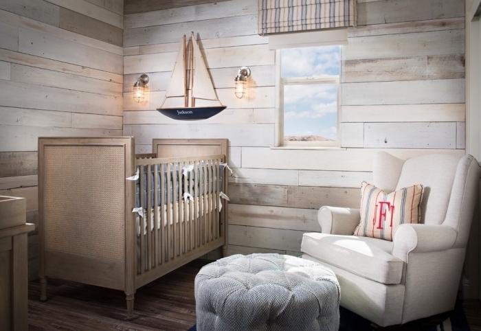 revêtement mural en bois clair et foncé combiné avec un plafond de bois foncé pour une deco chambre bébé neutre
