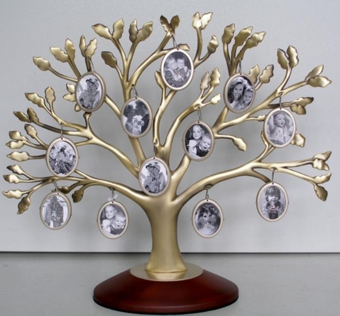 modèle d'objet décoratif en forme d'arbre doré avec photos blanc et noir des membres de la famille à offrir à sa mamie
