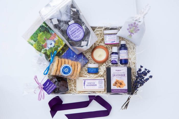 boîte avec produits cosmétique de lavande pour faire une séance aromathérapie à domicile, cadeau pour la fete des mammies