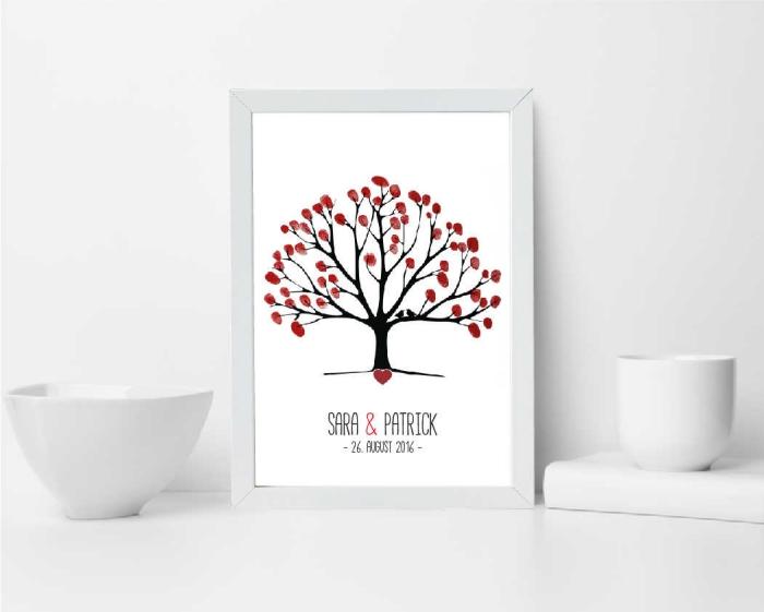 arrangement de déco blanche du salon avec tasses de café et dessin arbre a empreinte rouges à thème mariage