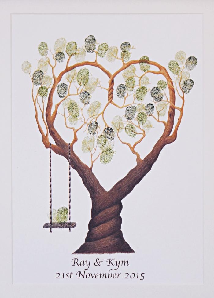 photo encadrée à design arbre aux branches en forme de coeur et feuillage en empreintes vertes symbolisant l'amour éternel