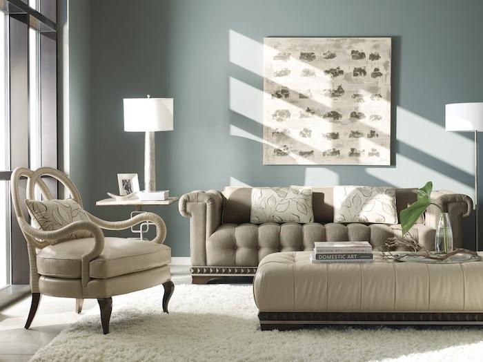 gris souris peinture sur les murs, canapé, fauteuil et table basse en gris, tapis blanc moelleux, tableau decoratif mural