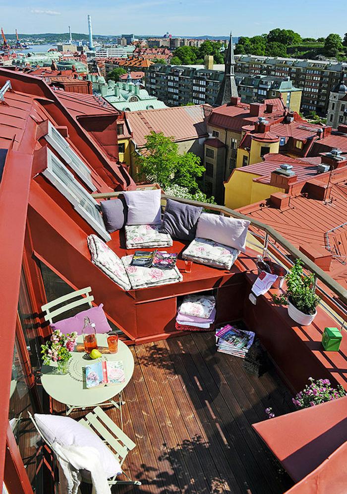 idée pour petit balcon de chambre de bonne, aménager petite terrasse sous les toits