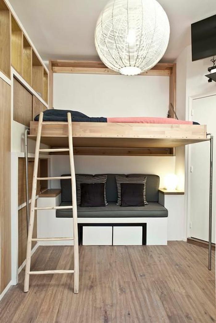 decoration interieur appartement, avec lit superposé et petit coin de salon en dessous, grand luminaire en fils blancs, parquet en couleur taupe, échelle en bois clair
