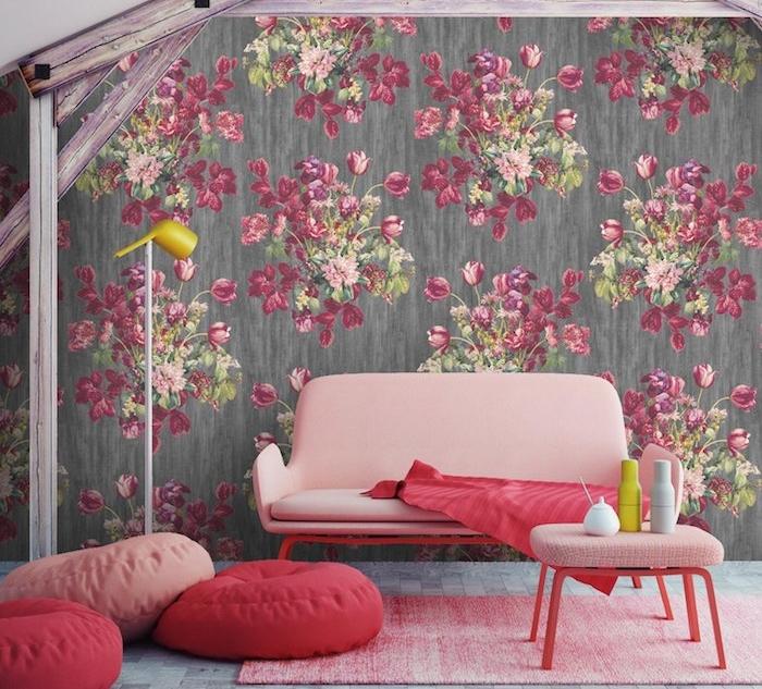 exemple associer une couleur au gris, murs gris foncé à motifs floraux, canapé rose, table rose avec pieds rouges, pouf rose et rouge, tapis rose