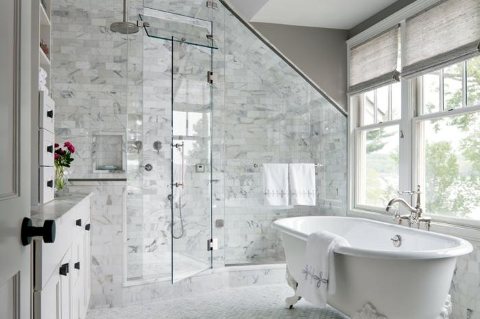robinets vintage, cabine de douche en verre, placards blancs, grandes fenêtres