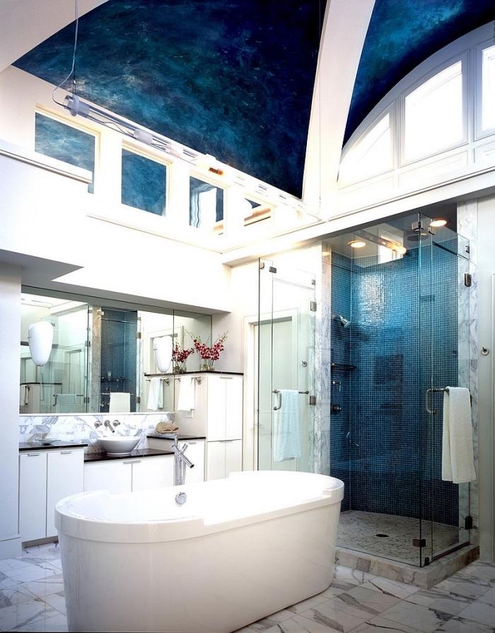 modèle de salle de bain à design aquatique avec plafond et mur bleu marine et blanc, plancher au carrelage design marbre blanc et gris