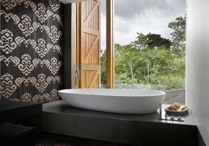 revetement mural salle de bain en papier peint résistant à l'eau à design blanc et noir avec carrelage de plancher en gris anthracite
