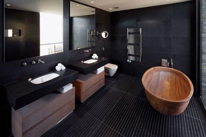 modèle de salle de bain noir mate avec grandes fenêtres et miroirs, modèle de baignoire autonome en bois marron