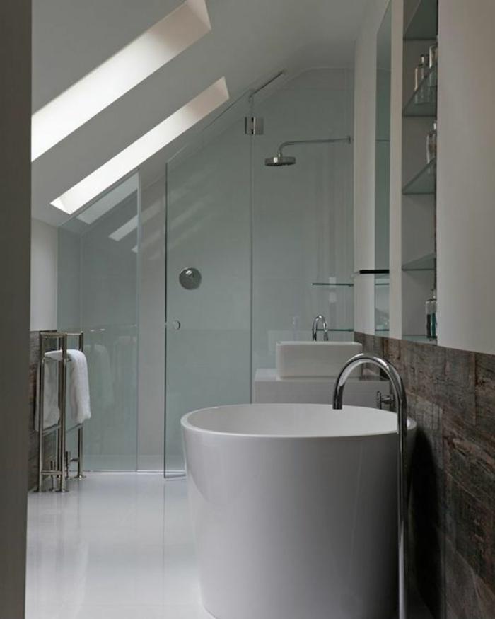 rangement en étagères murales, baignoire blanche, cabine de douche en verre