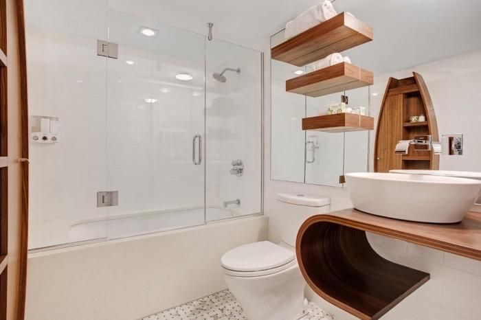 décoration de salle de bain blanche avec meubles moderne de bois clair, rangement vertical en bois et verre