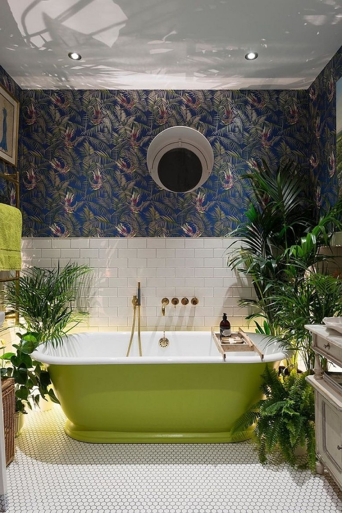 déco exotique avec papier peint résistant à l'eau à design vert et bleu, modèle de baignoire vert et blanc avec robinet cuivré