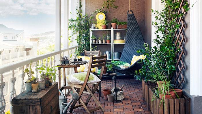 idee deco balcon appartement cosy avec meubles en bois rustique et chaise oeuf suspendue