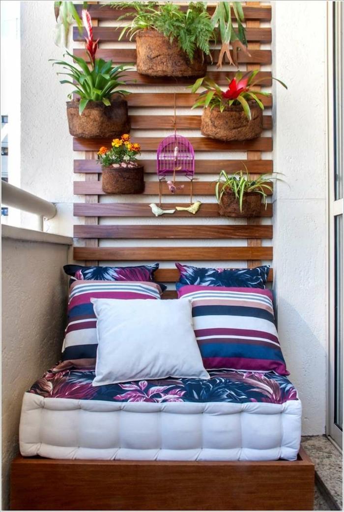 idee pour aménager un petit balcon en ville, coussin fauteuil pour terrasse, jardiniere murale de balcons