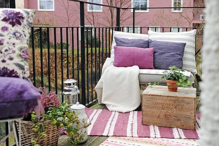 aménagement petit balcon appartement style cosy avec caisse en bois rustique
