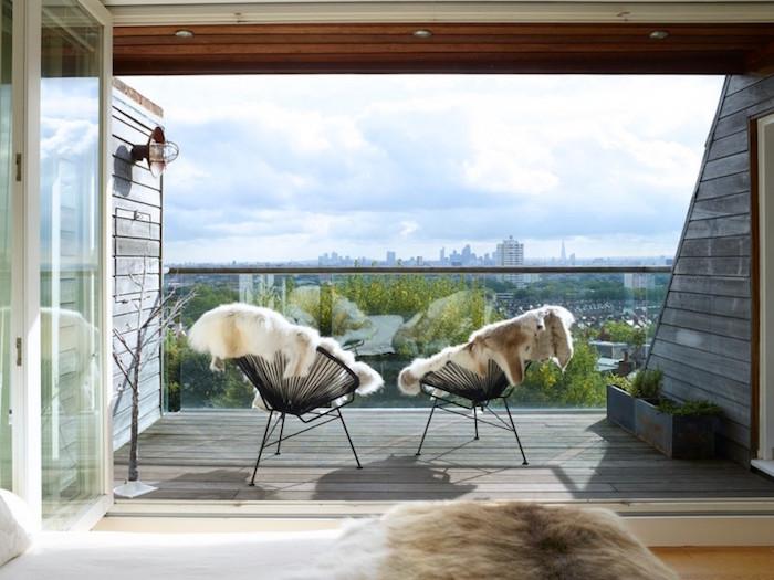 idée amenagement balcon minimaliste cosy avec rocking chair et peau pour l'hiver