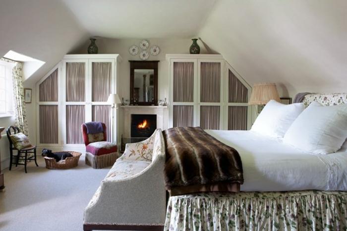 chambre style shabby, plaid fourrure, fauteuil vintage, cheminée, peinture murale blanche