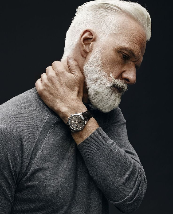 barbe blanche et coloration cheveux blancs homme hipster mur