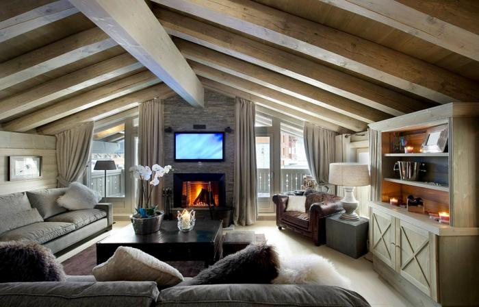 aménager des combles, grand plafond en bois, bibliothèque en bois, tv murale montée, sofa gris