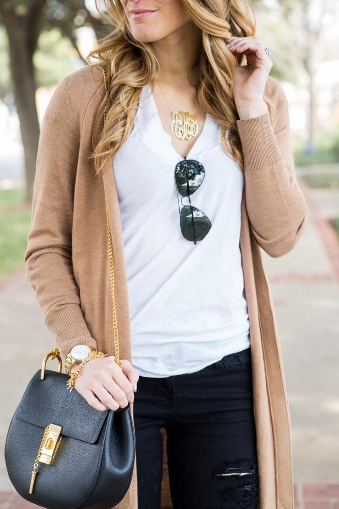 gilet beige long combiné avec pantalon noir déchiré et blouse blanche, accessoire collier et montre or pour une tenue en blanc et noir