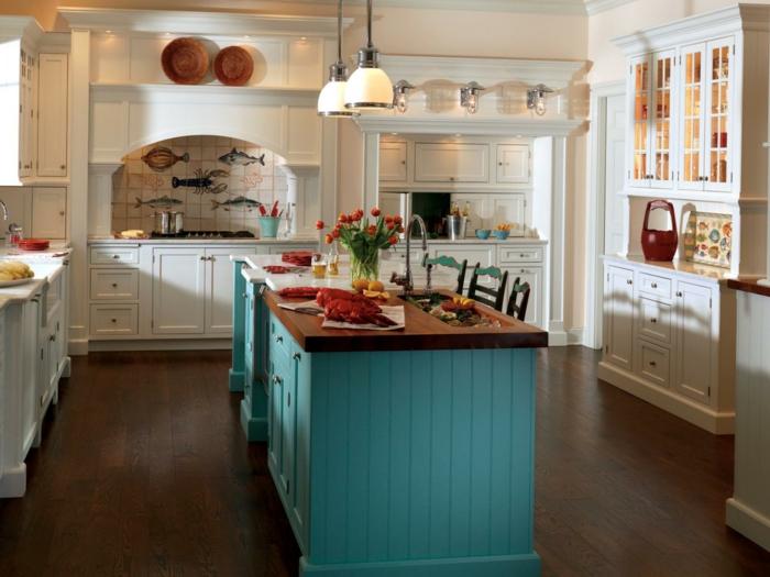 repeindre une cuisine, cuisine repeinte, repeindre un meuble, îlot en bleu turquoise, meubles blancs en style shabby chic, deux luminaires en verre opaque blanc, sol revêtu de parquet marron