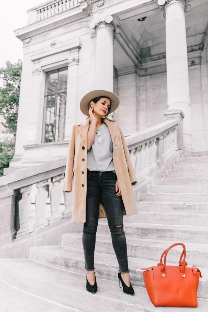 manteau femme long de nuance beige camel avec boutons noirs, modèle de jeans foncés avec blouse gris clair