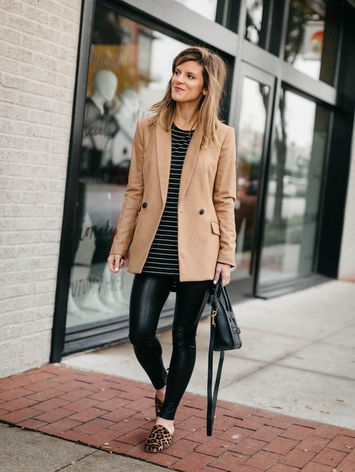 vision chic en pantalon cuir noir slim combiné avec blouse rayée blanc et noir, coupe de cheveux mi-longs raids en balayage blond